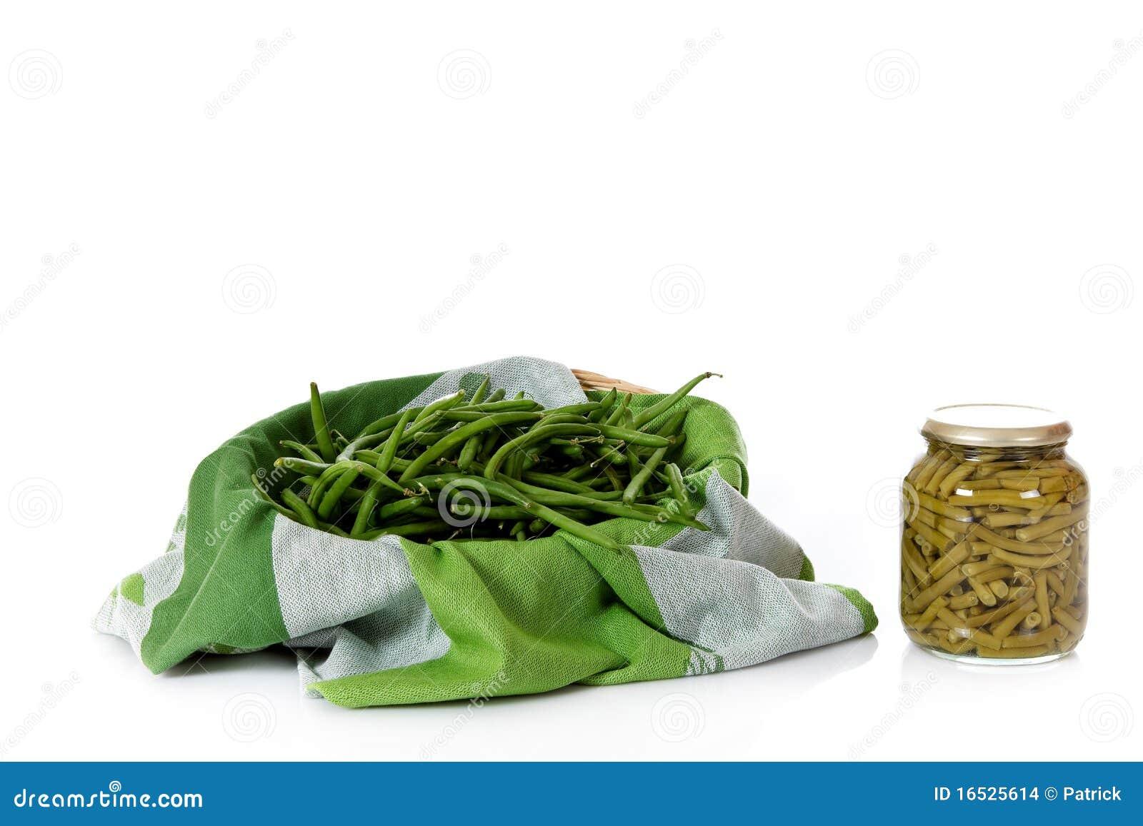 Fresco contro i fagioli verdi inscatolati