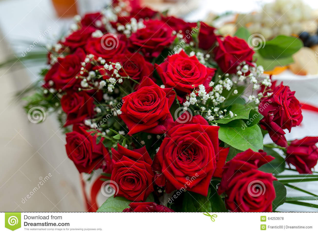 Fresh flowers decoration red roses at wedding table for Decoration or rose