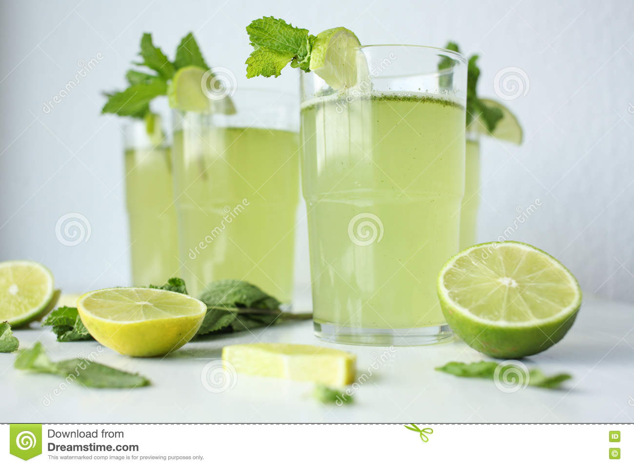 Fresh home made lemonade with lemon lime and mint in a for Fresh home