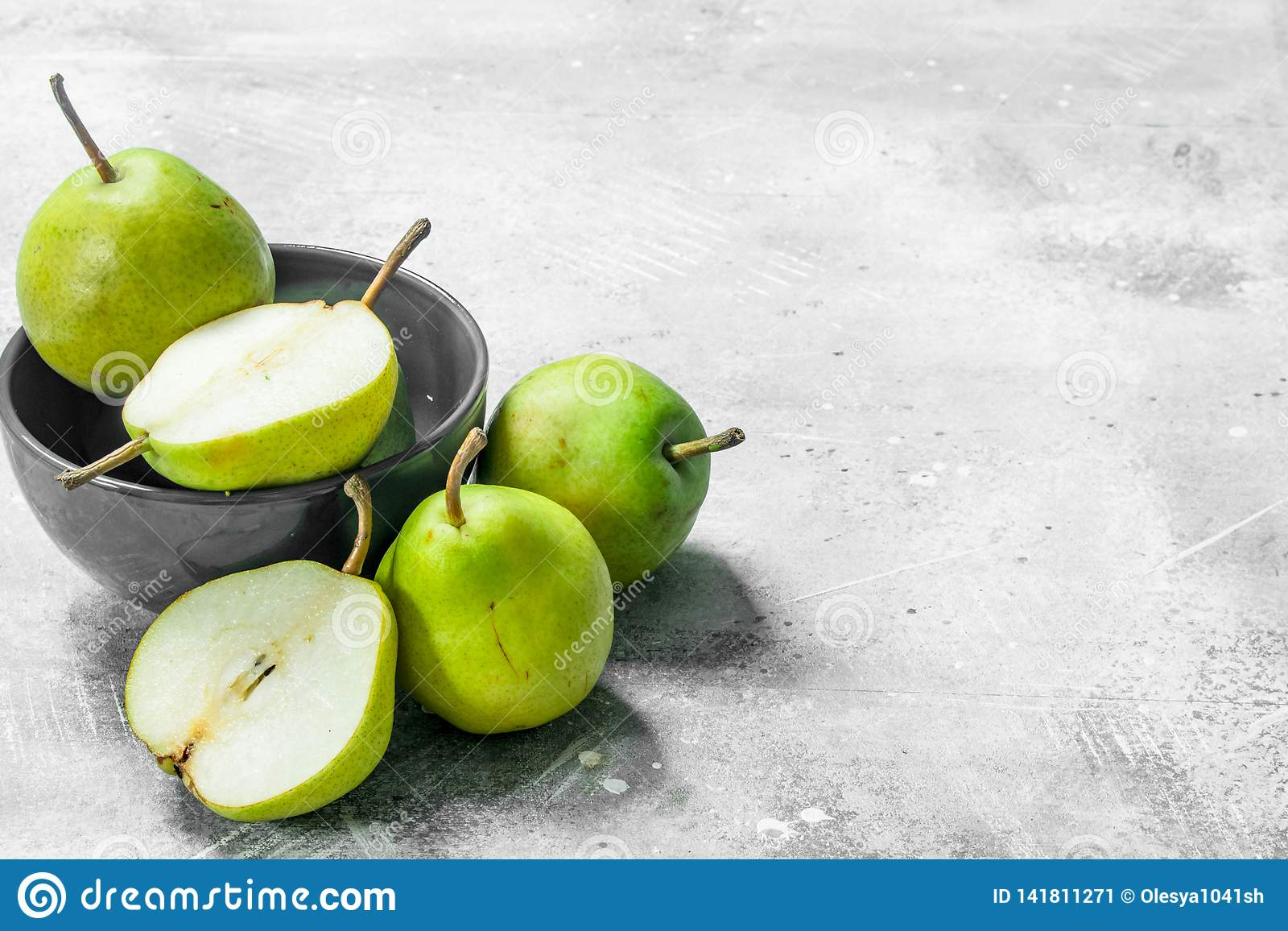 Fresh pears in the bowl
