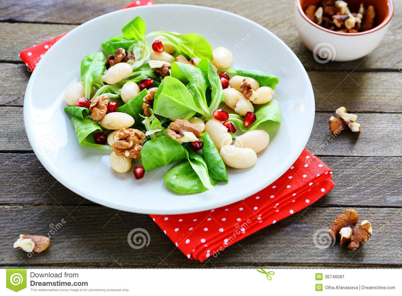 Fresh salad with beans and nuts