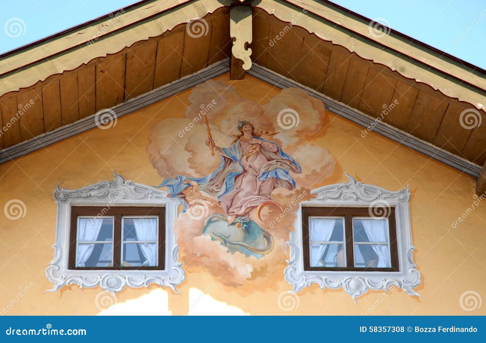 Fresko Tussen Vensters Met Witte Gordijnen In Oberammergau In ...