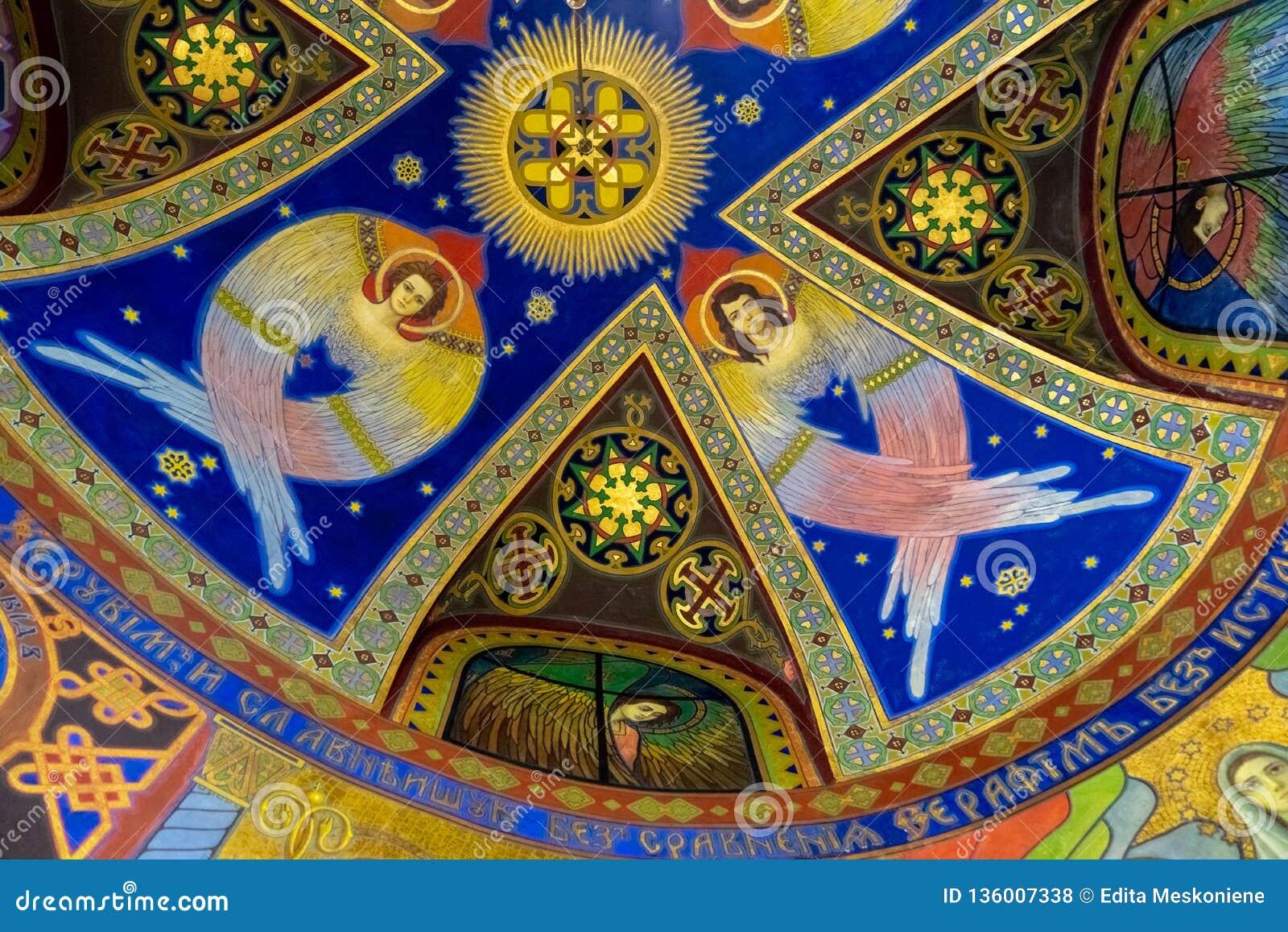 Freskomålningar med änglar på taket av ett kapell i den ukrainska grekiska katolska kyrkan av den sakrala hjärtan i Zhovkva, Ukra