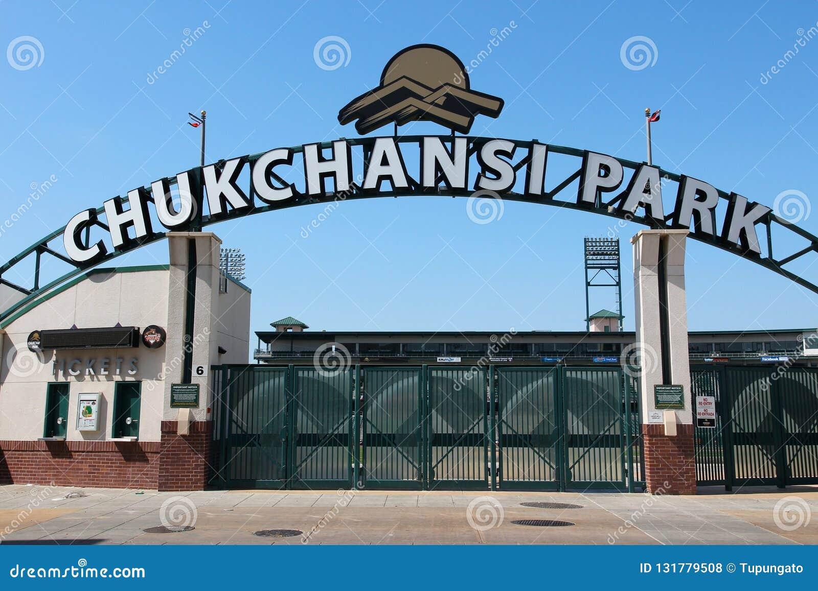 FRESNO, ESTADOS UNIDOS - 12 DE ABRIL DE 2014: Estadio de béisbol del parque de Chukchansi en Fresno, California El estadio es cas
