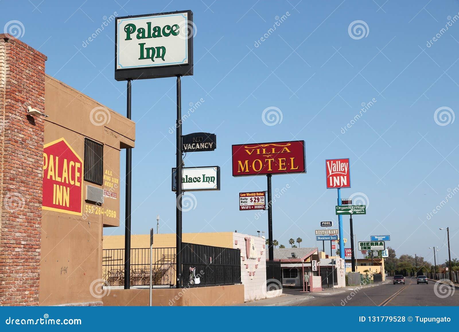 FRESNO, ESTADOS UNIDOS - 12 DE ABRIL DE 2014: Fila del motel en Fresno, California Hay cerca de 150 moteles en Fresno, el 5to más