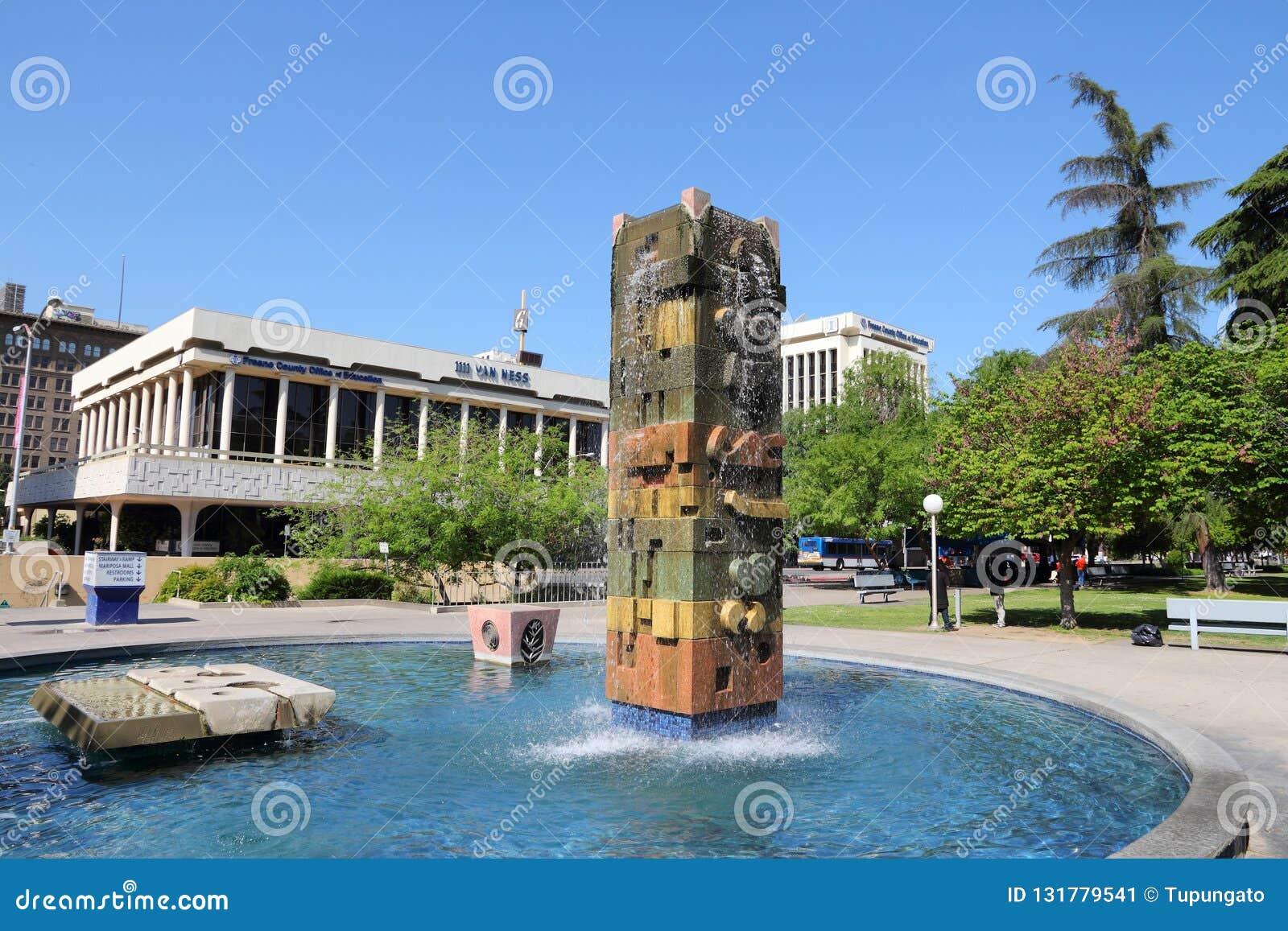 FRESNO, ESTADOS UNIDOS - 12 DE ABRIL DE 2014: Parque en Fresno, California Fresno es la 5ta la mayoría de la ciudad populosa en C