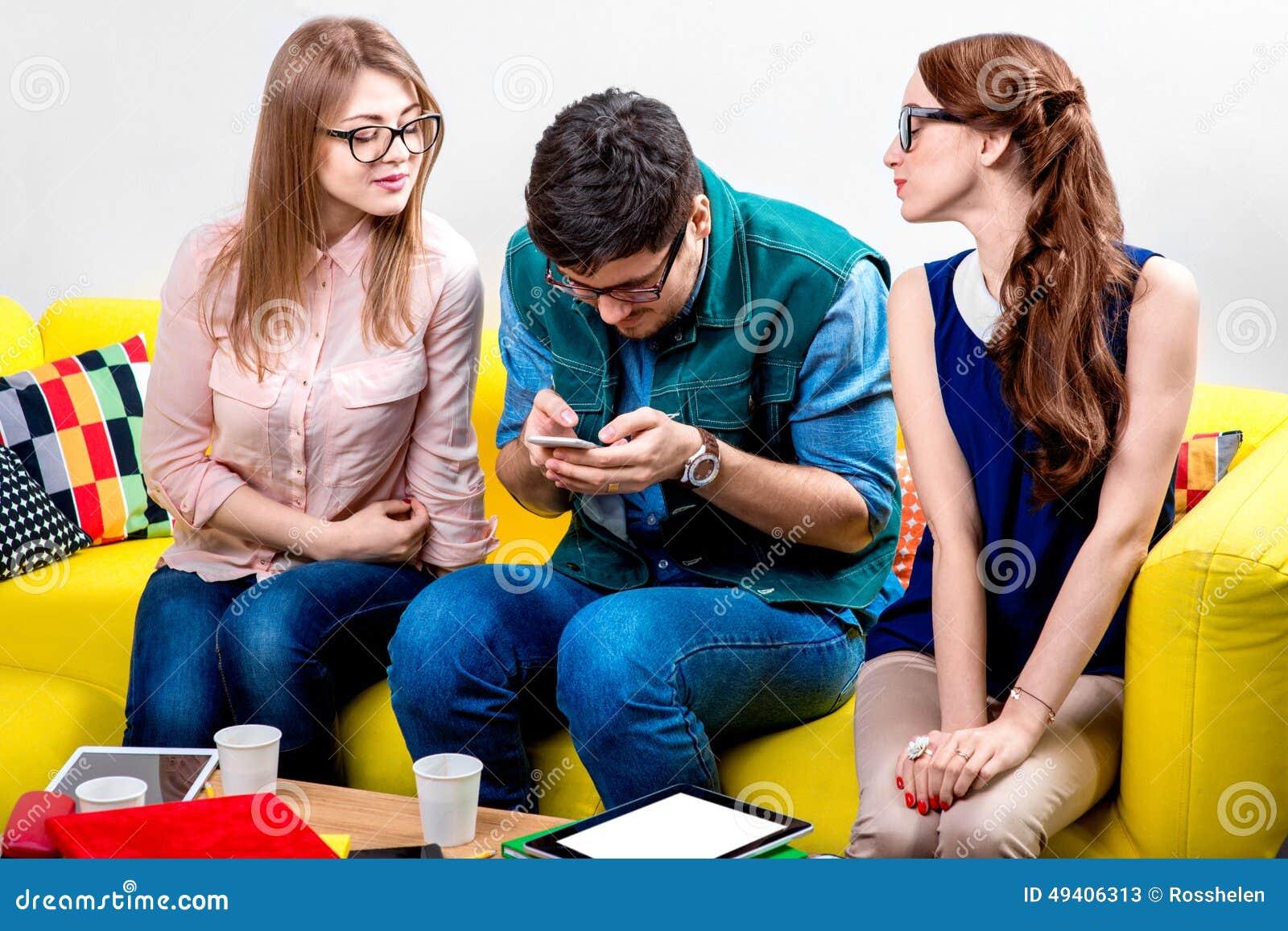Download Freunde auf der Couch stockbild. Bild von bunt, geräte - 49406313