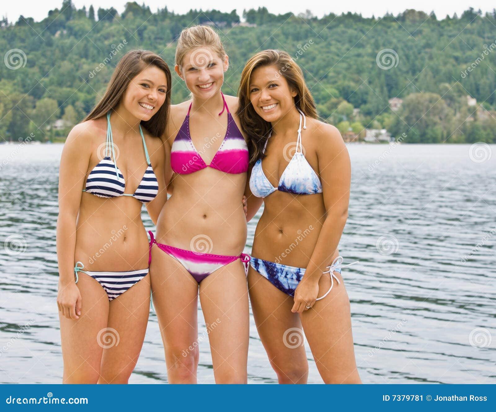 2 Ehrliche Teen Freunde In Bikinis