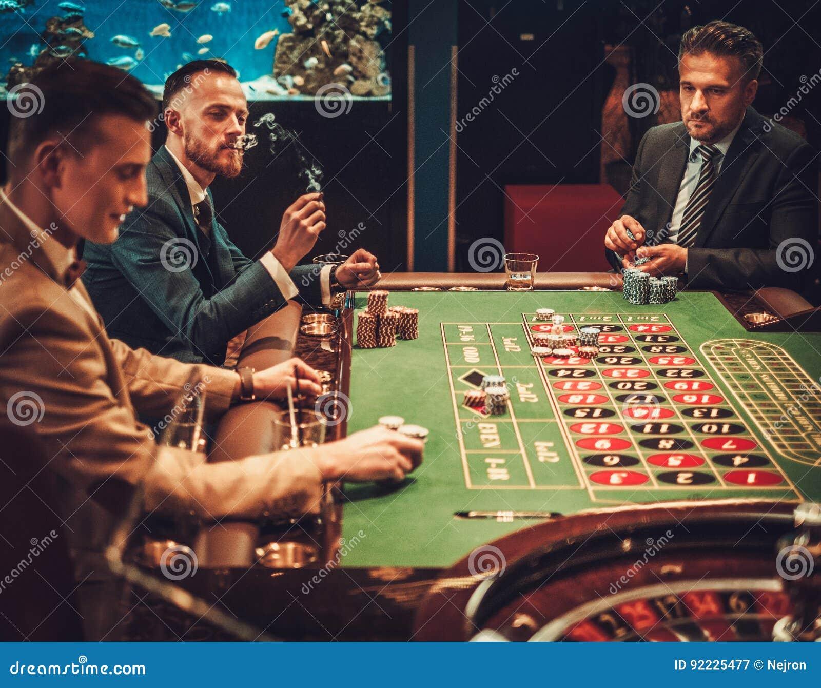 Freunde der oberen Klasse, die in einem Kasino spielen