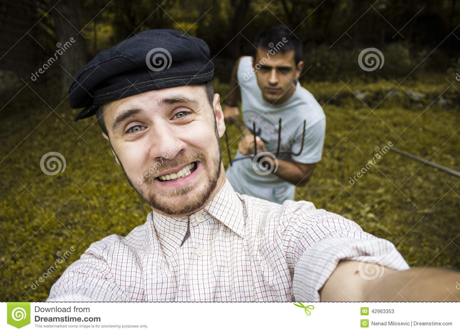 Freunde, die ein Selbstporträt nehmen