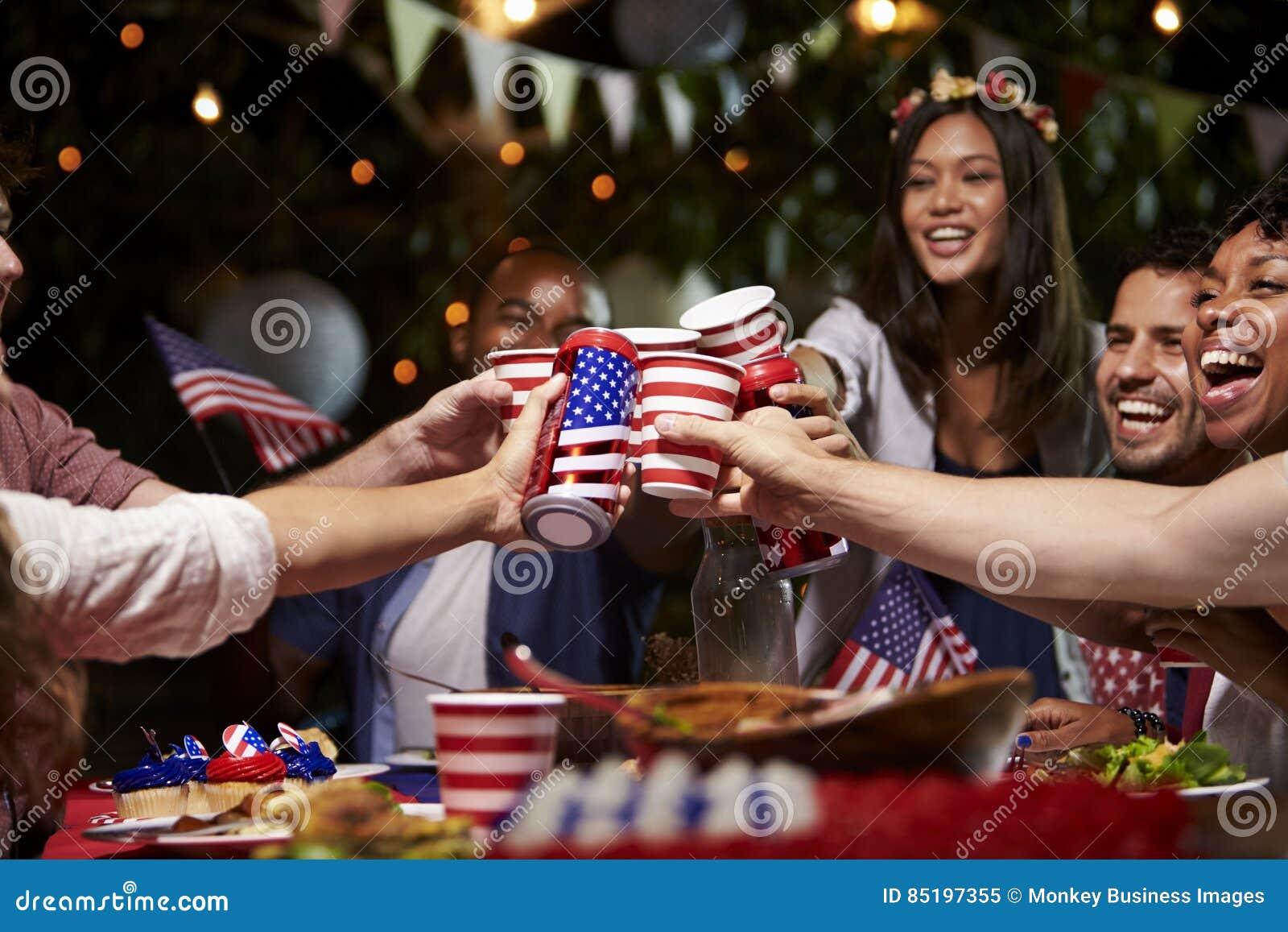 Freunde, die einen Toast 4. von Juli-Feiertag feiern lassen