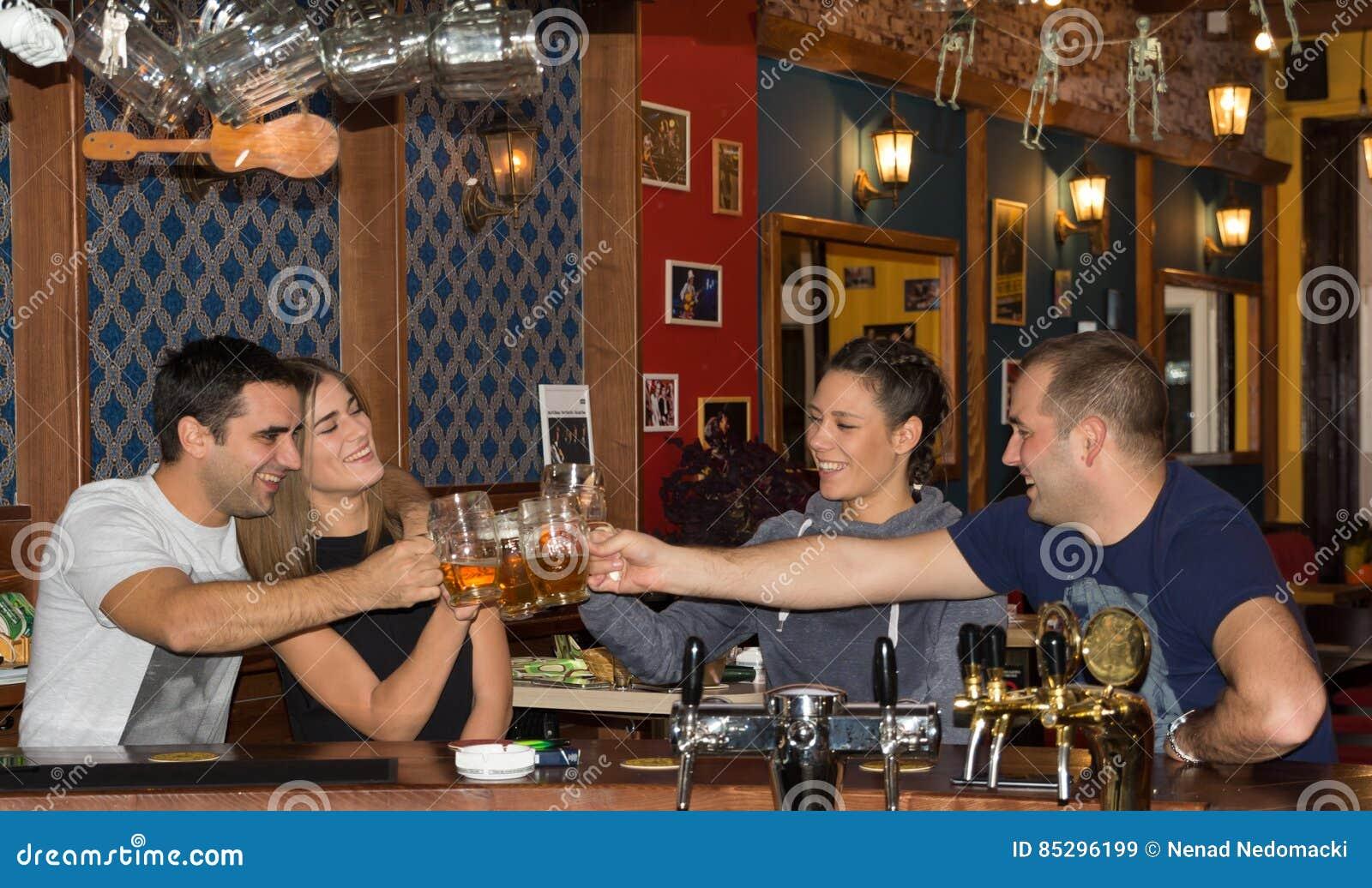 Freunde, die Getränke in einer Bar haben