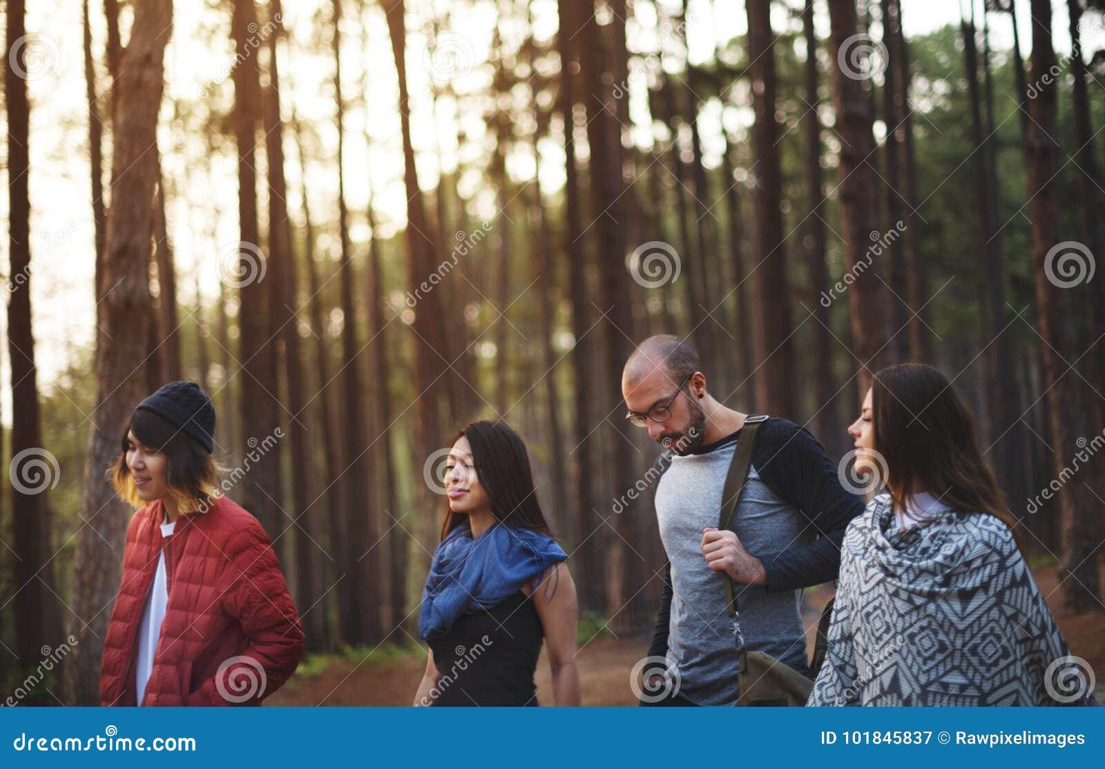 Freunde, die heraus in einem Wald hängen