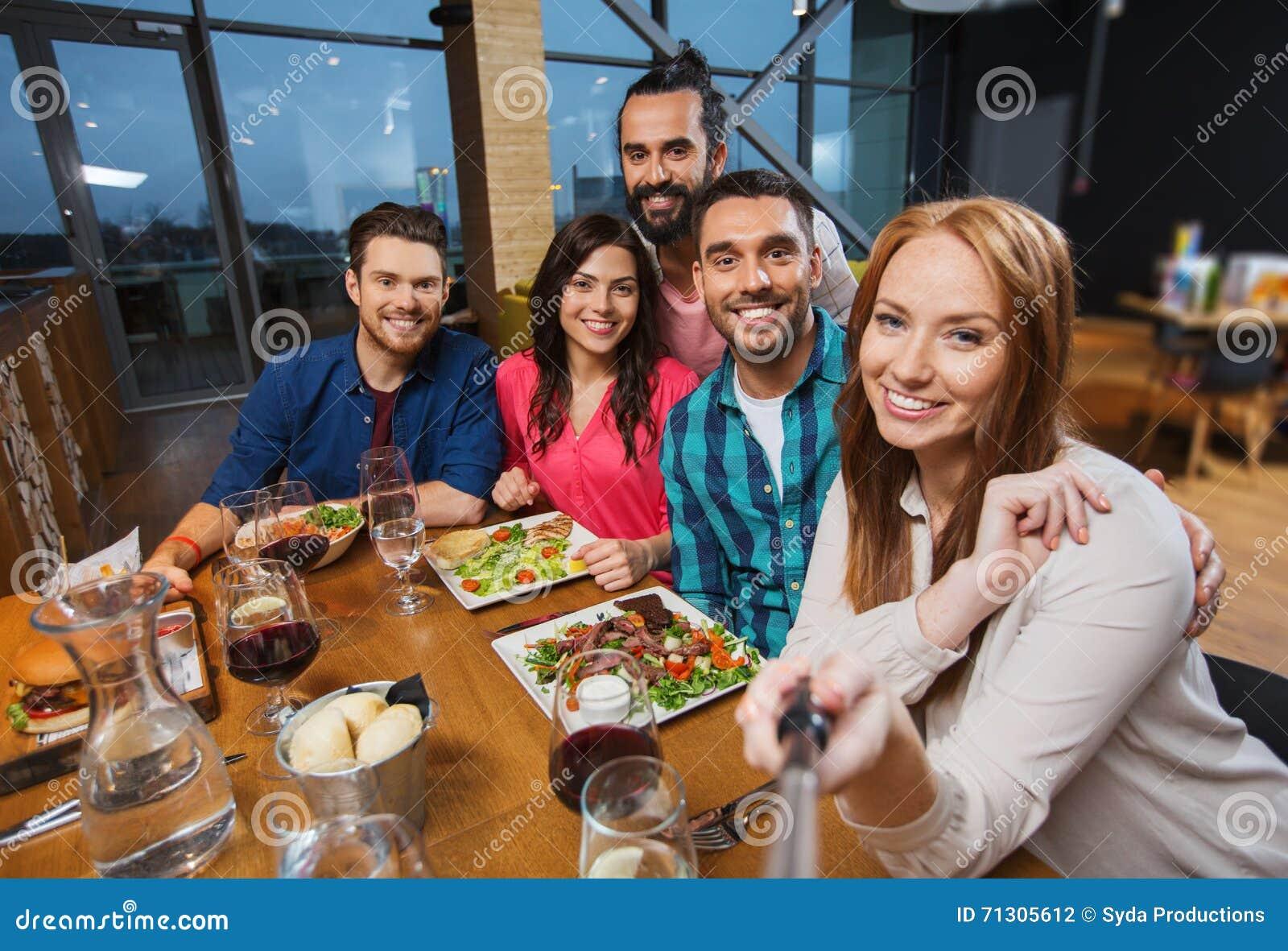 Erwachsene essen im Restaurant — Stockfoto © Jim_Filim