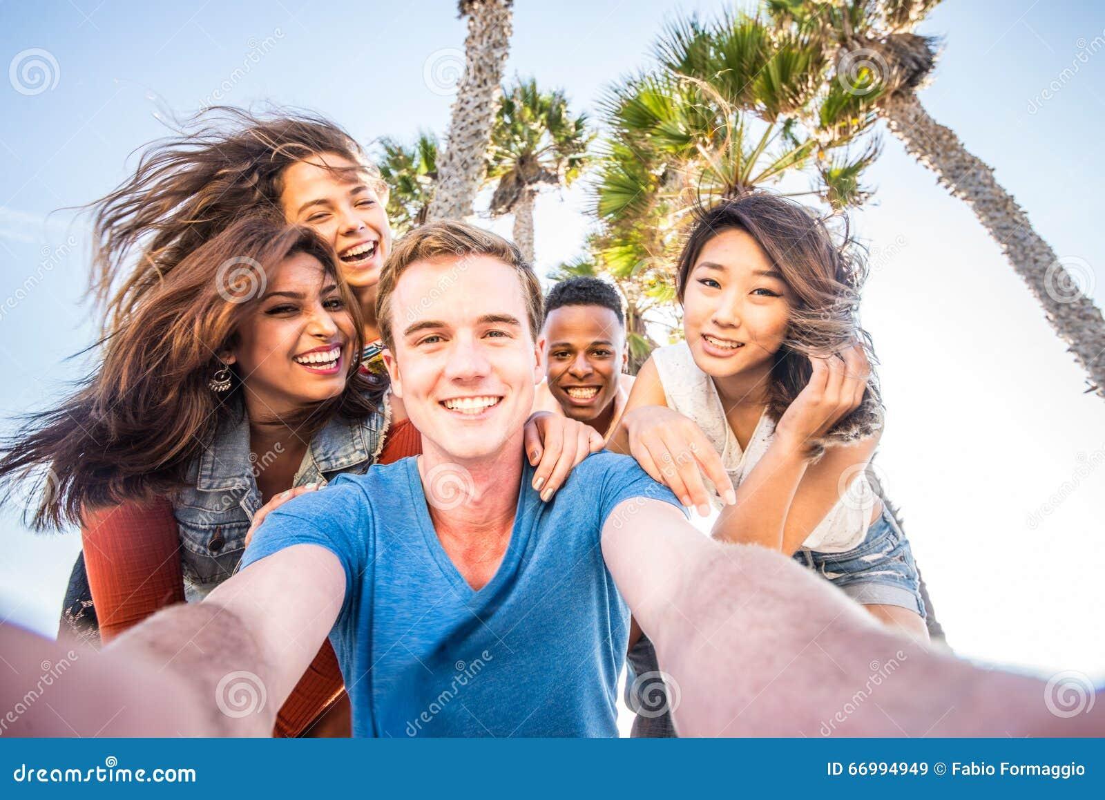 Freunde, die selfie nehmen