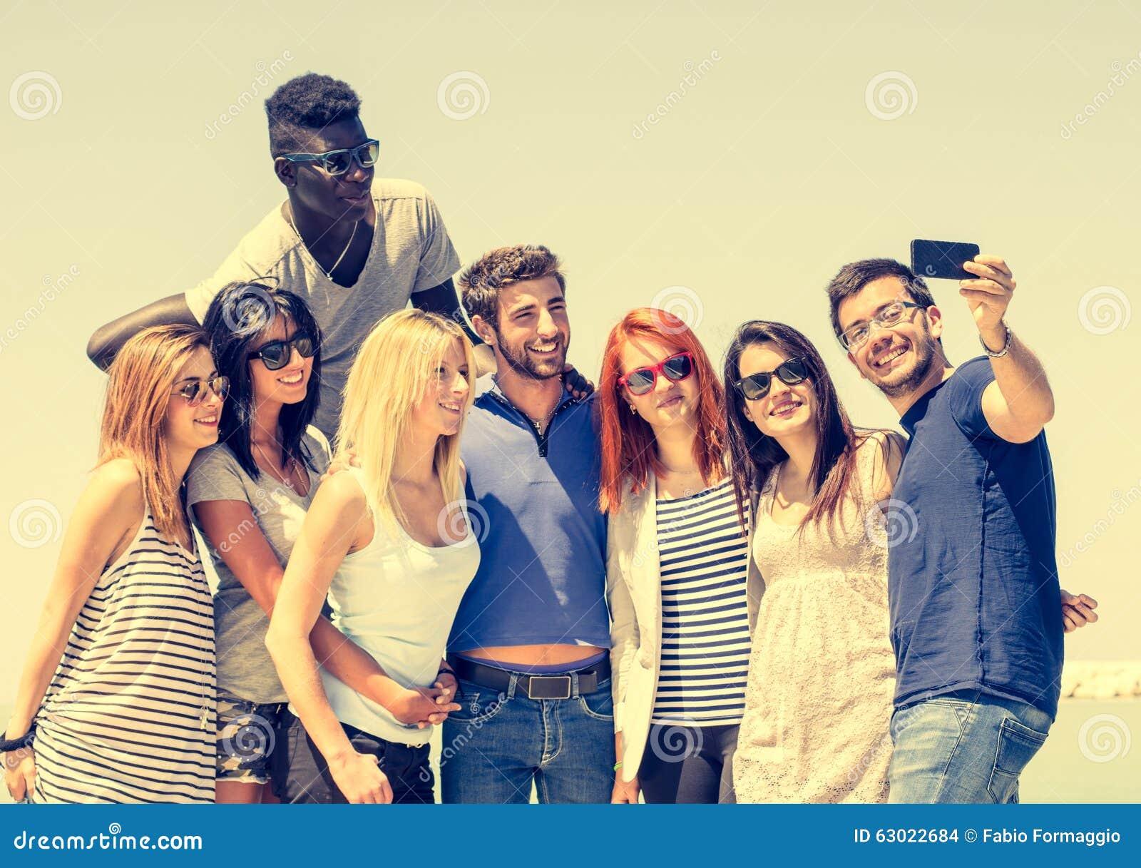 Freunde, die sich fotografieren