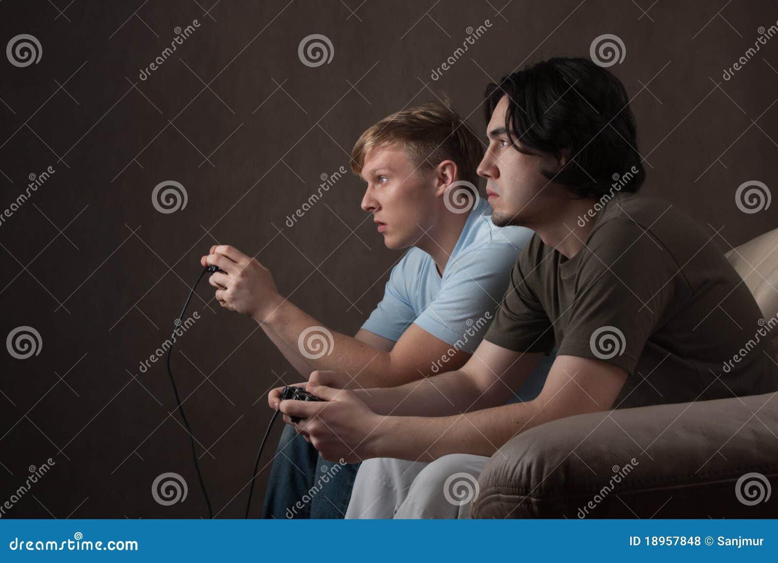 Freunde, die Videospiele spielen