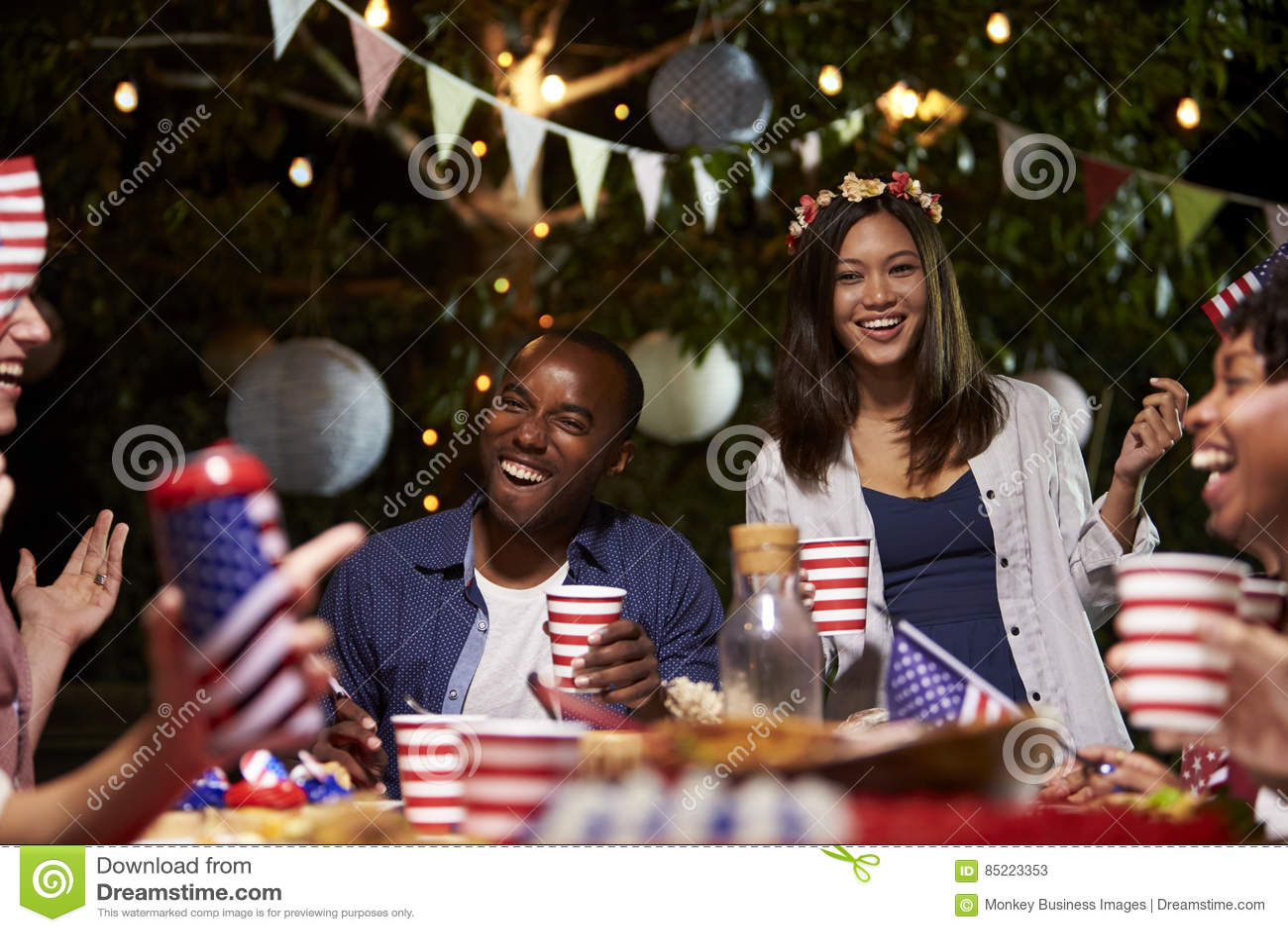 Freunde, die 4. von Juli-Feiertag mit Hinterhof-Partei feiern