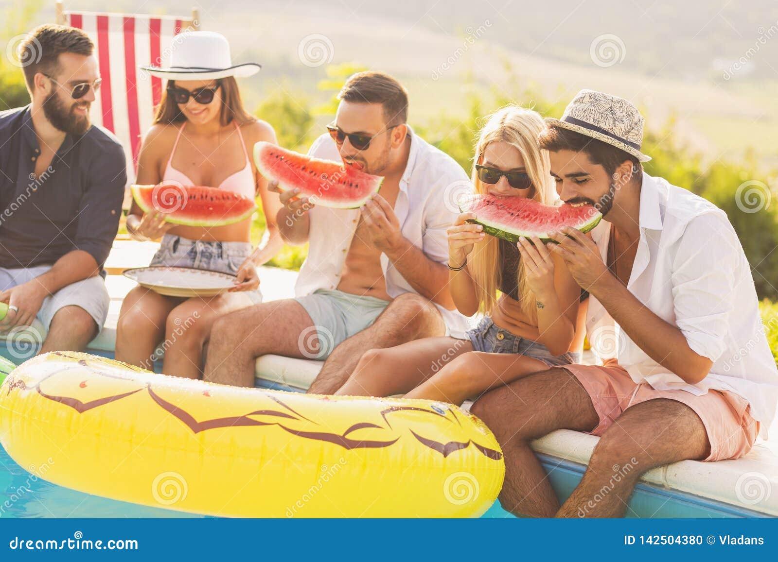 Freunde, die Wassermelone essen