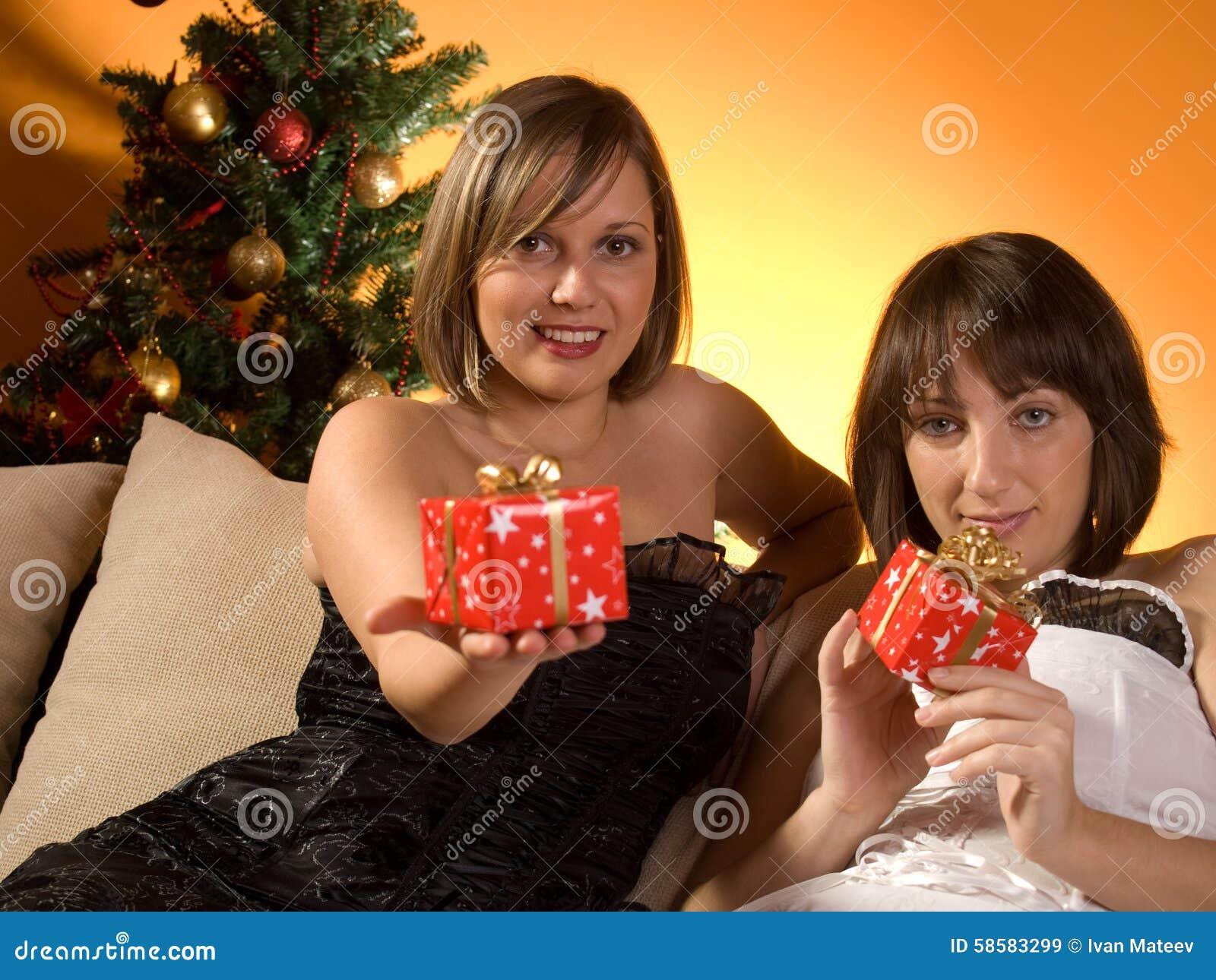 Freunde, Die Weihnachtsgeschenke Austauschen Stockbild - Bild von ...