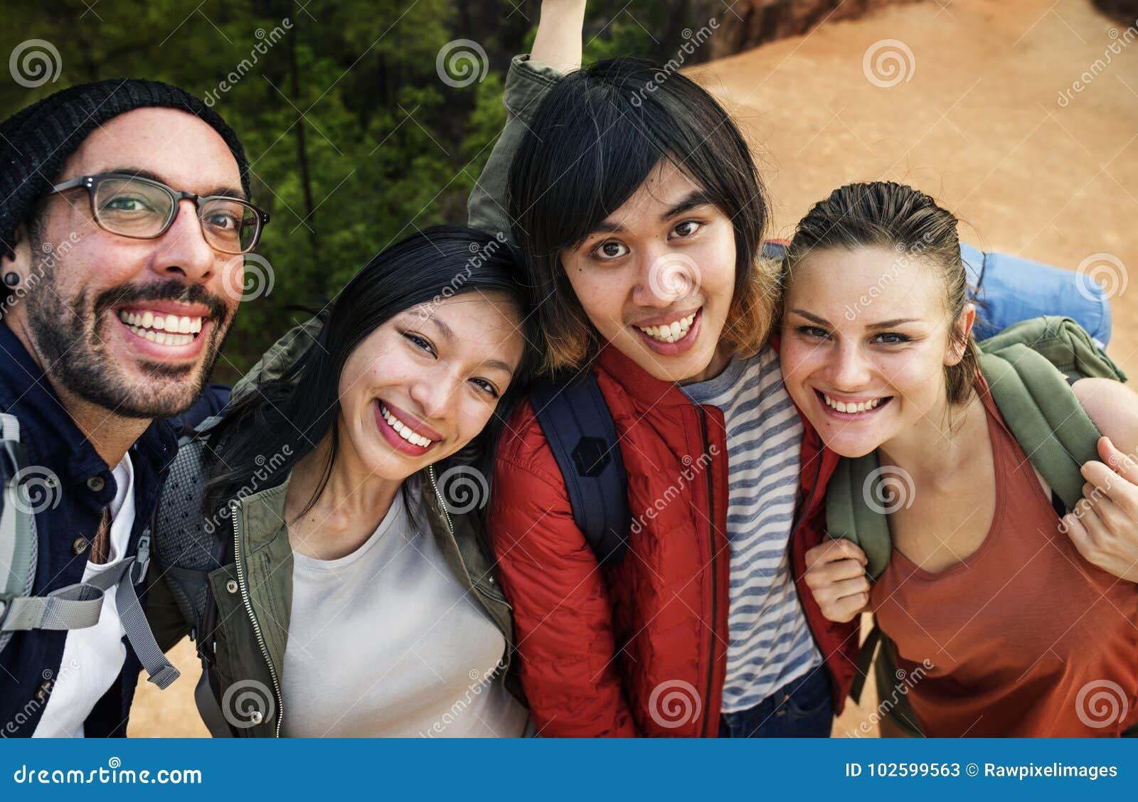 Freunde, die zusammen Reise der Fotos im Freien nehmen