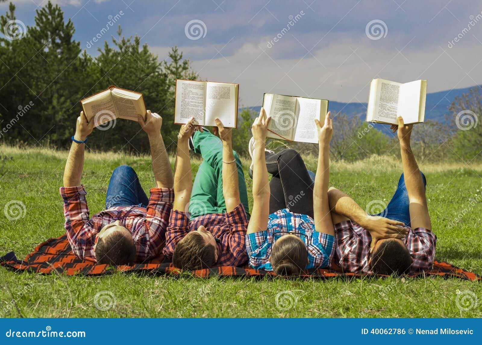 Freunde draußen mit Buch
