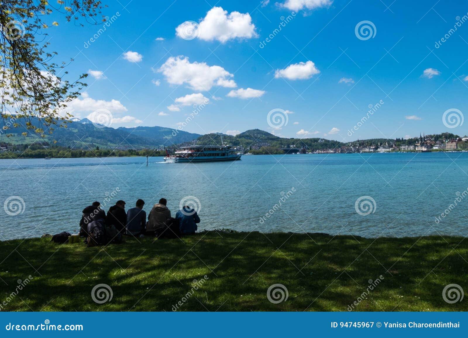 Freunde entspannen sich und verbringen Feiertag durch See