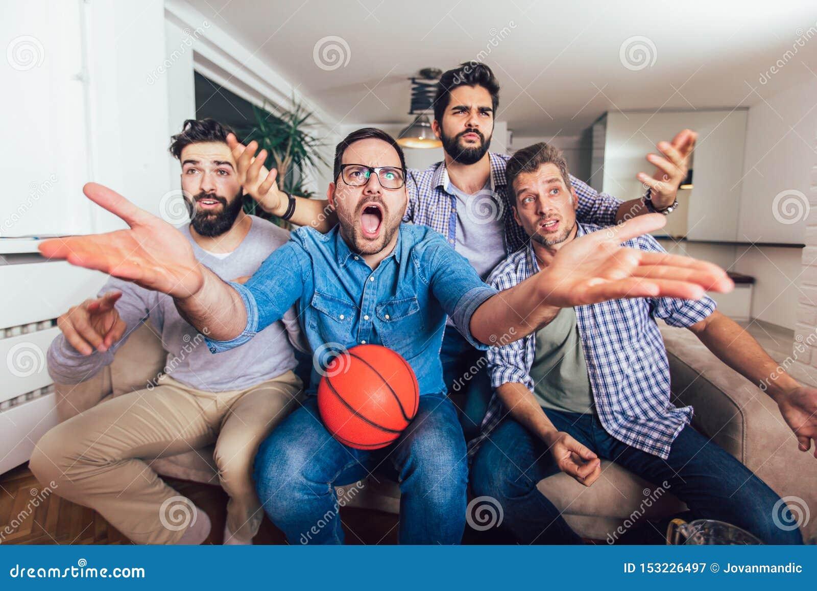 Freunde oder Basketballfans, die Basketballspiel im Fernsehen aufpassen und zu Hause Sieg feiern Freundschaft, Sport und