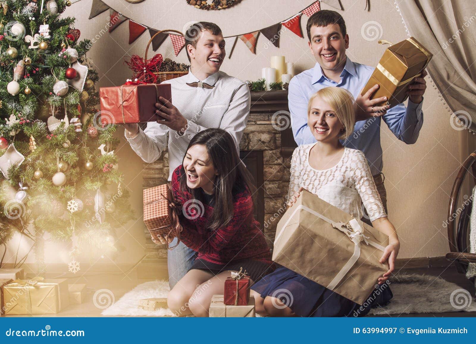 Freunde Von Vier Männern Und Von Frauen Geben Geschenke Im ...
