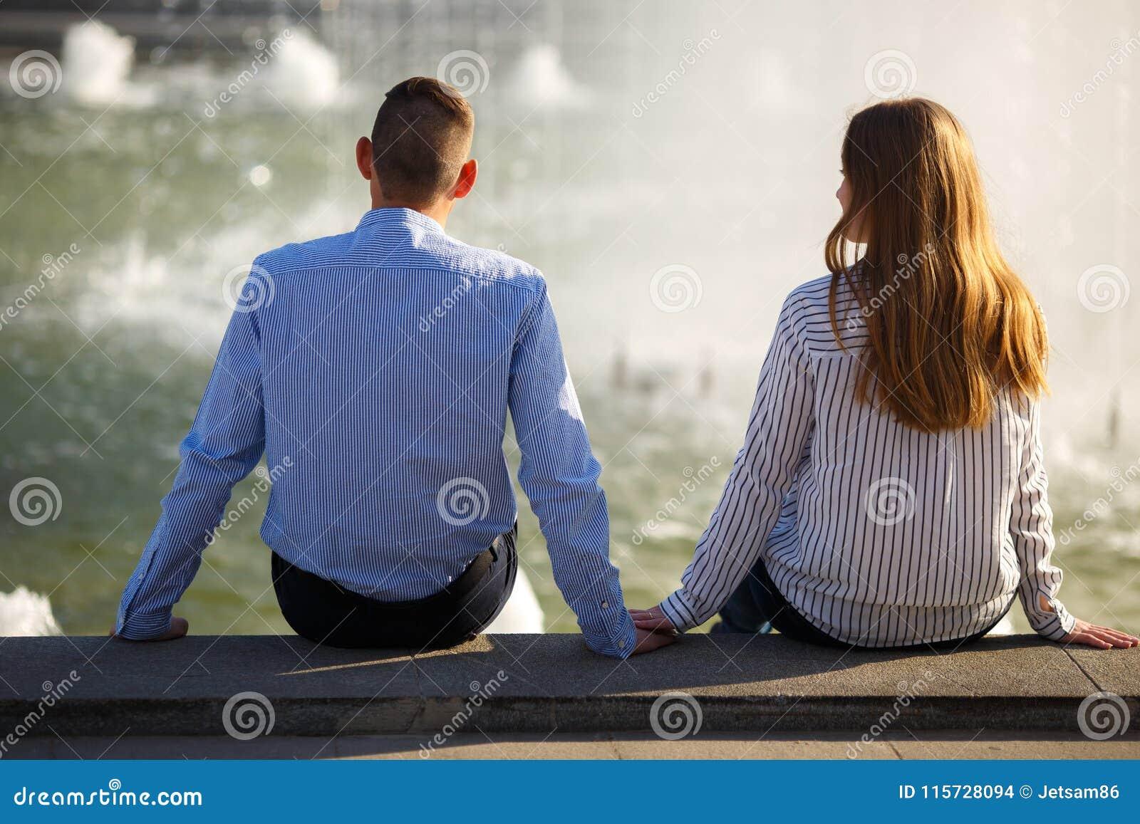 Freundfall in Liebe Junge schüchterne Leute, die nahe Brunnen hol sitzen