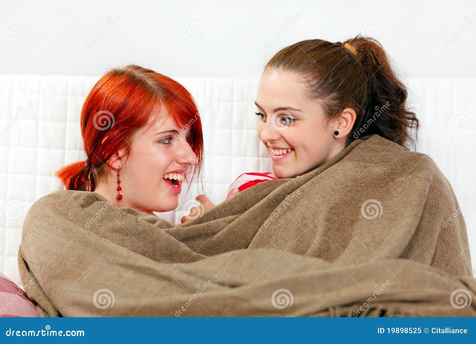 Freundinnen die auf dem sofa eingewickelt oben im plaid for Sofa von oben