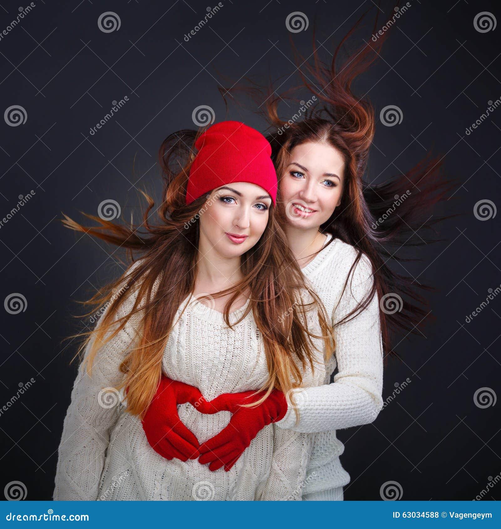 Freundinnen, Die In Einer Warmen Strickjacke Umarmen Herz