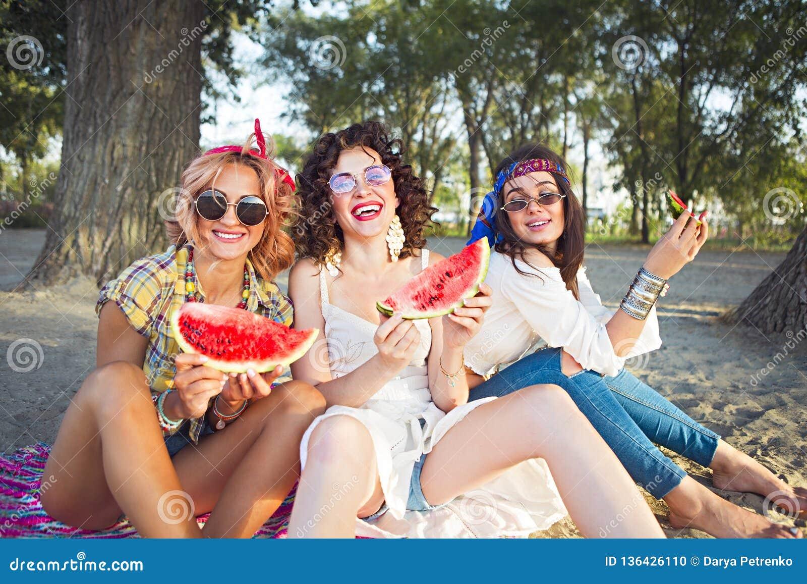 Freundinnen, die Wassermelone essen