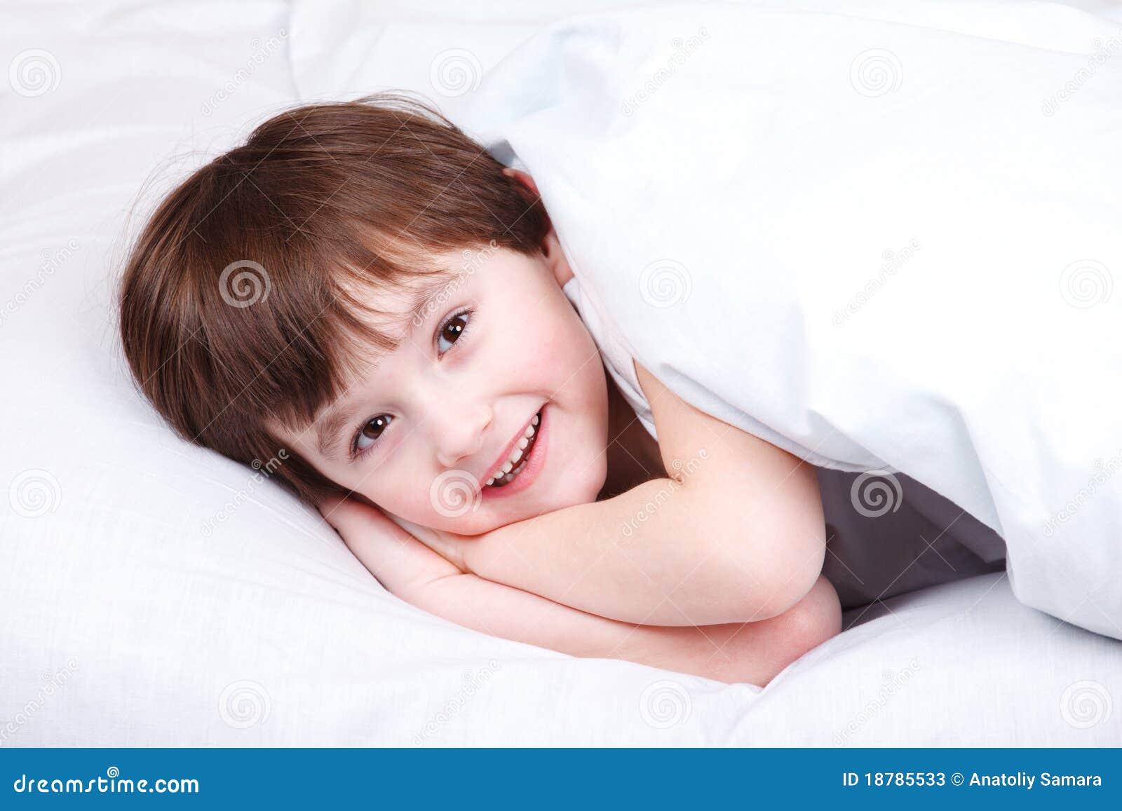 freundliches kind im bett stockbild bild von gl cklich 18785533. Black Bedroom Furniture Sets. Home Design Ideas