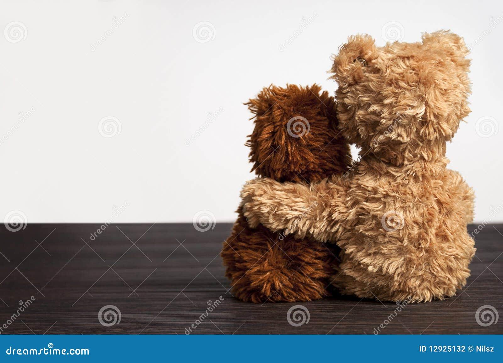 Freundschaft 2 Teddybären, die in einem   s-Arm anhalten