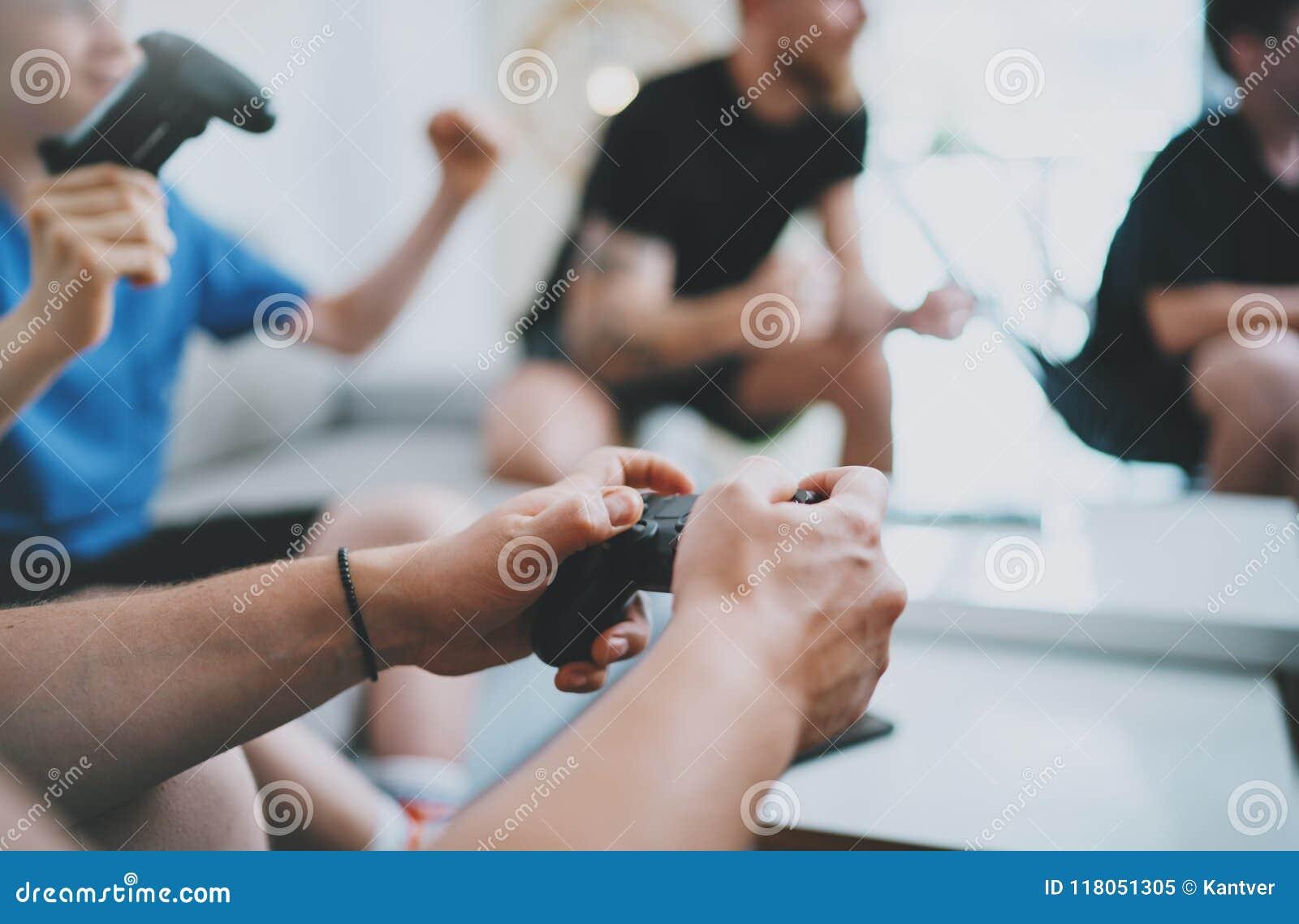 Freundschaft, Technologie, Spiele und entspannendes Konzept der Zeit zu Hause - nah oben von den männlichen Freunden, die Videosp