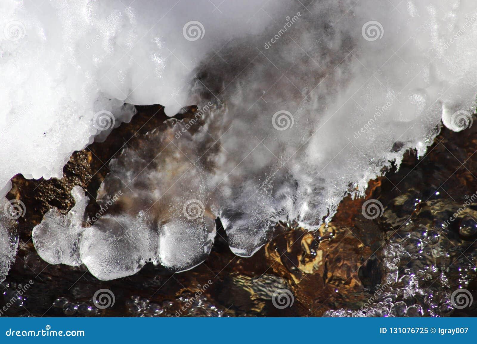 Is-fri liten flod i vinter abstrakt bakgrundsvinter