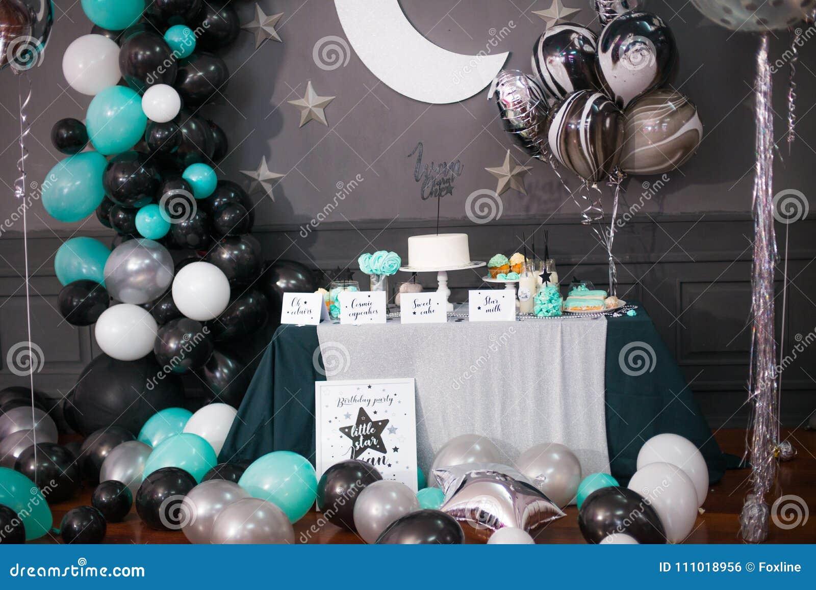 friandise décorée élégante d'enfants avec des ballons à la fête d