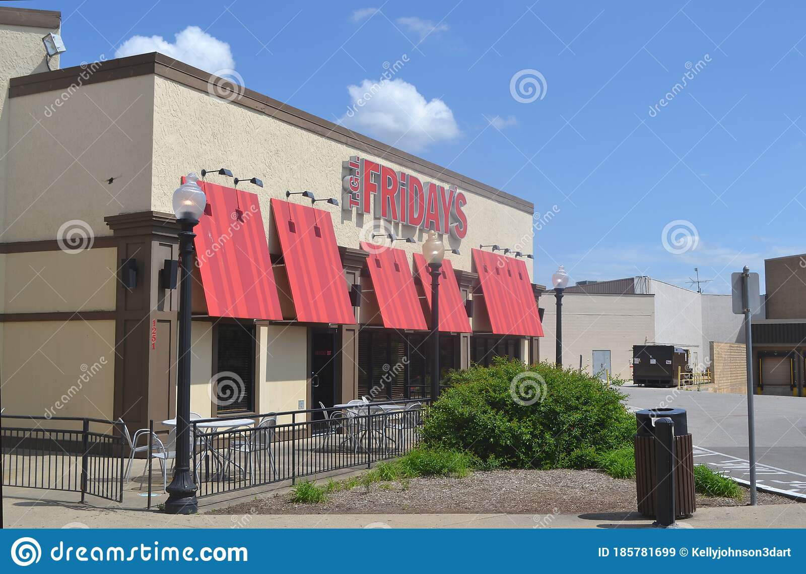 Friday S Outdoor Restaurant Signage Summertime Signage Editorial Stock Image Image Of Eating Company 185781699