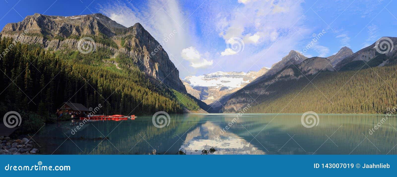 Fridsamma Lake Louise och Victoria Glacier i morgonljus, Banff nationalpark, Alberta, panorama