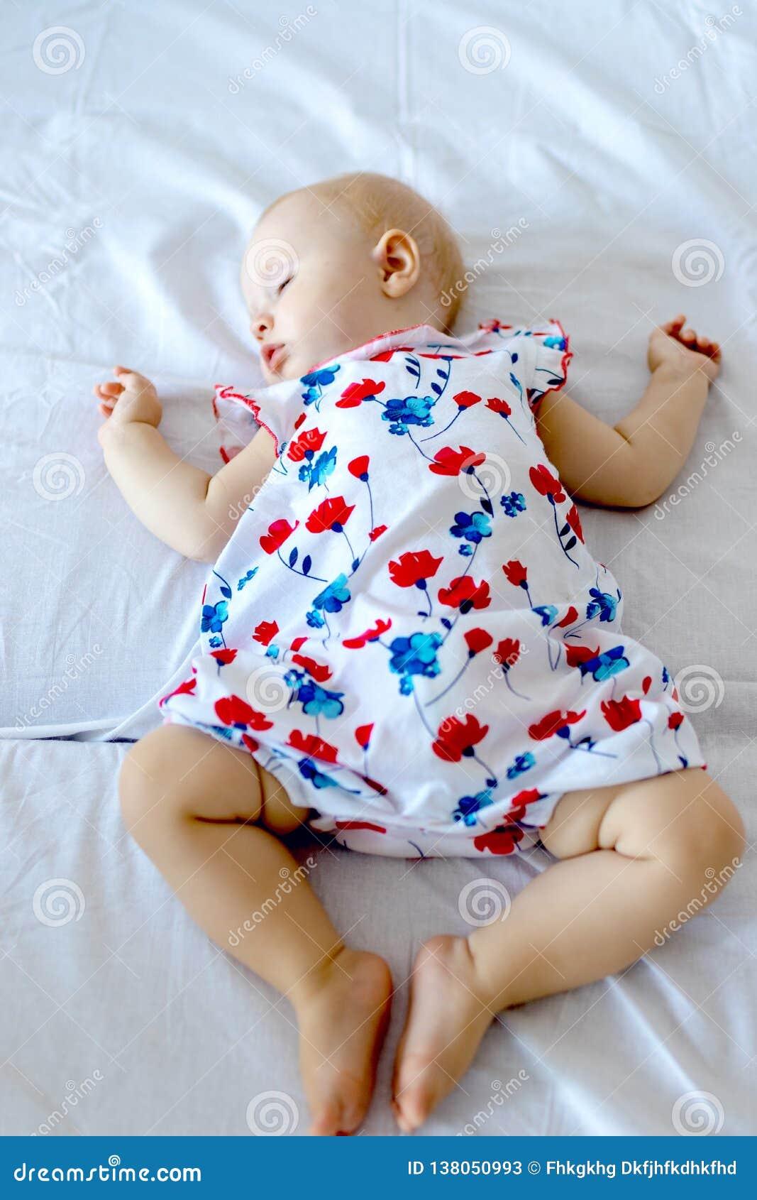 Fridsamt nyfött behandla som ett barn att ligga på en säng