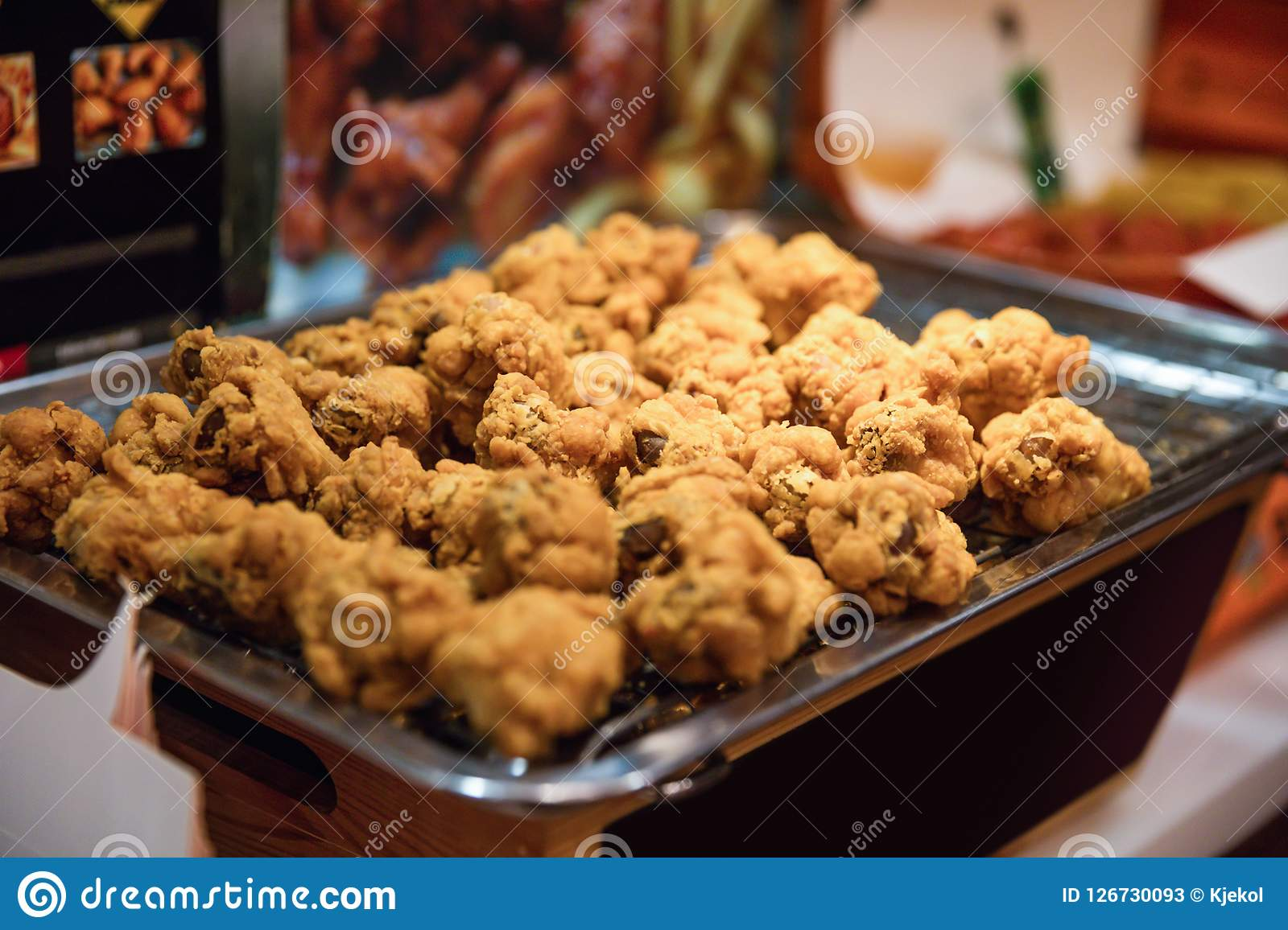 Fried Chickens At Street Market Stall i Asien