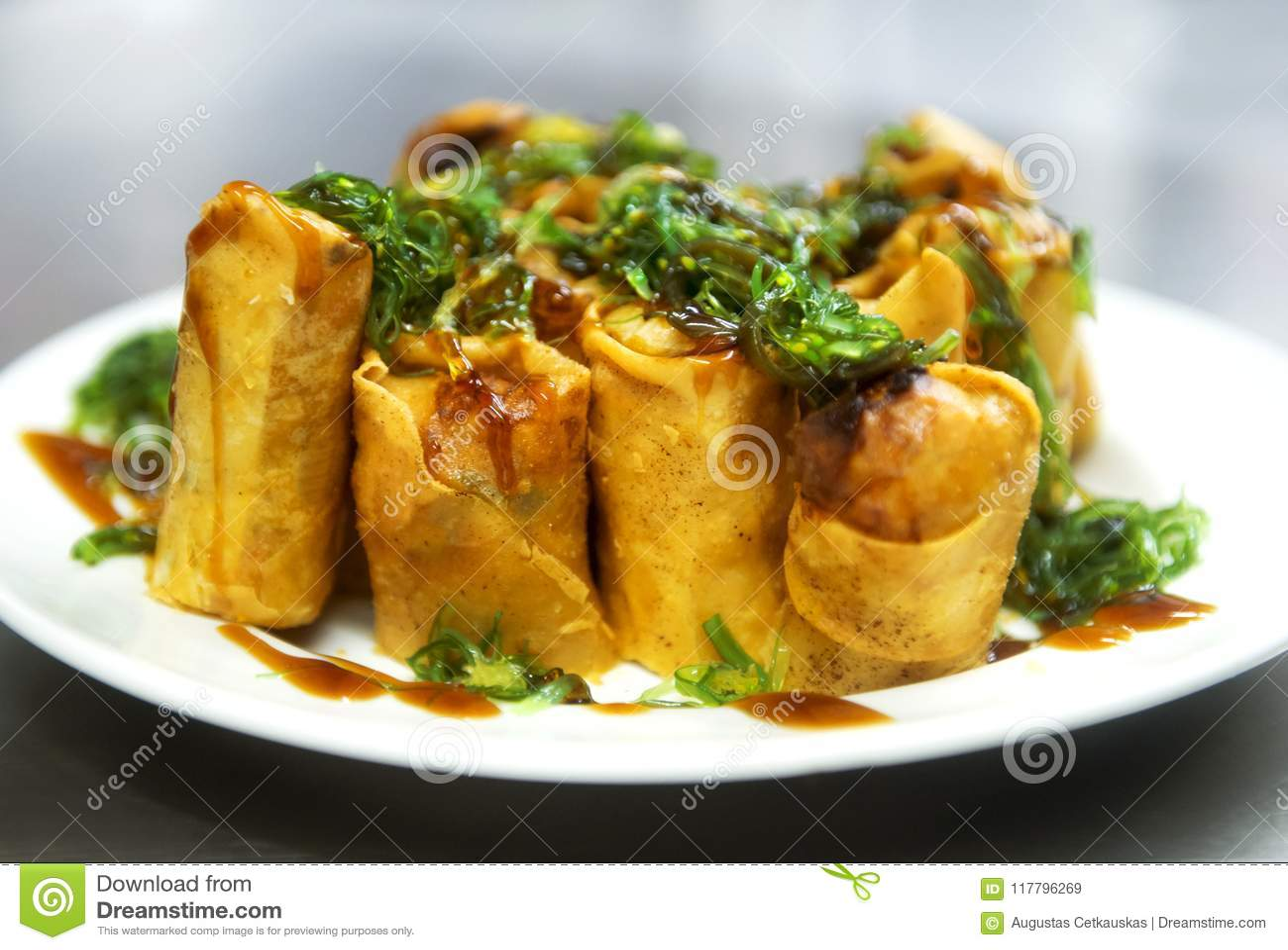 Fried Chinese Traditional Spring rola o alimento, o prato de serviço e o SE