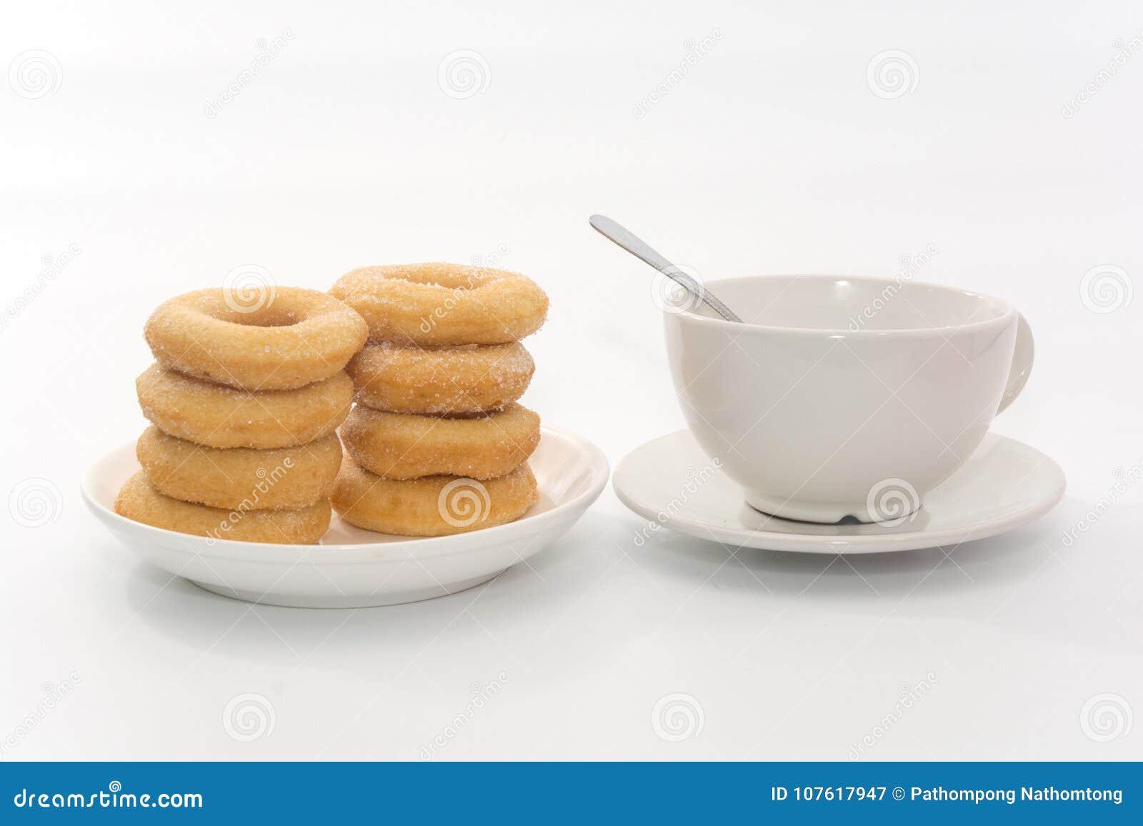Fried Donuts com cobertura e xícara de café do açúcar