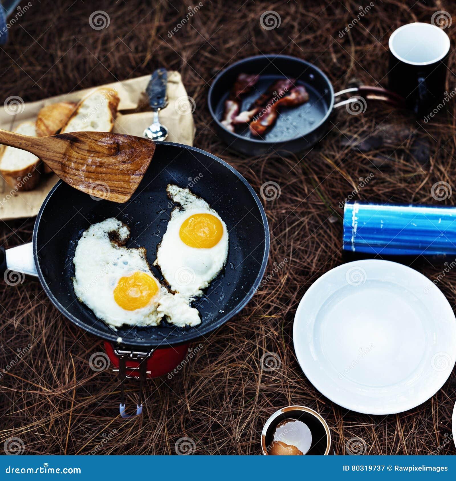 Fried Egg Bean Bacon Bread kaffe kopplar av matlagningbegrepp
