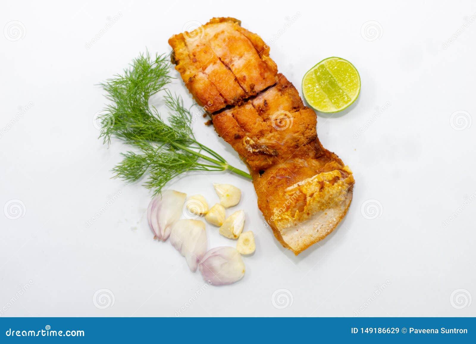 Fried marinerade fiskfiléer med grönsaker, lökar, vitlök överst
