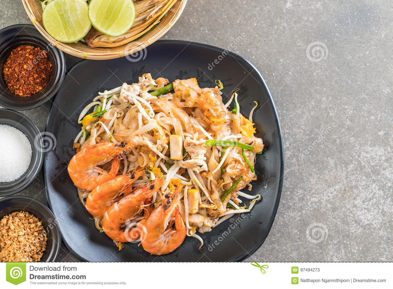 Fried Noodles Pad Thai tailandese con i gamberetti
