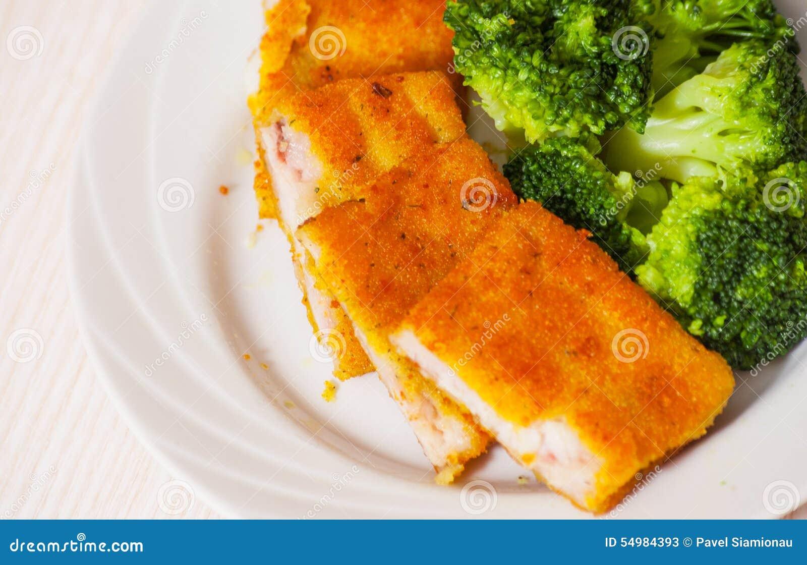 Fried panerade fiskfiléer med broccoli