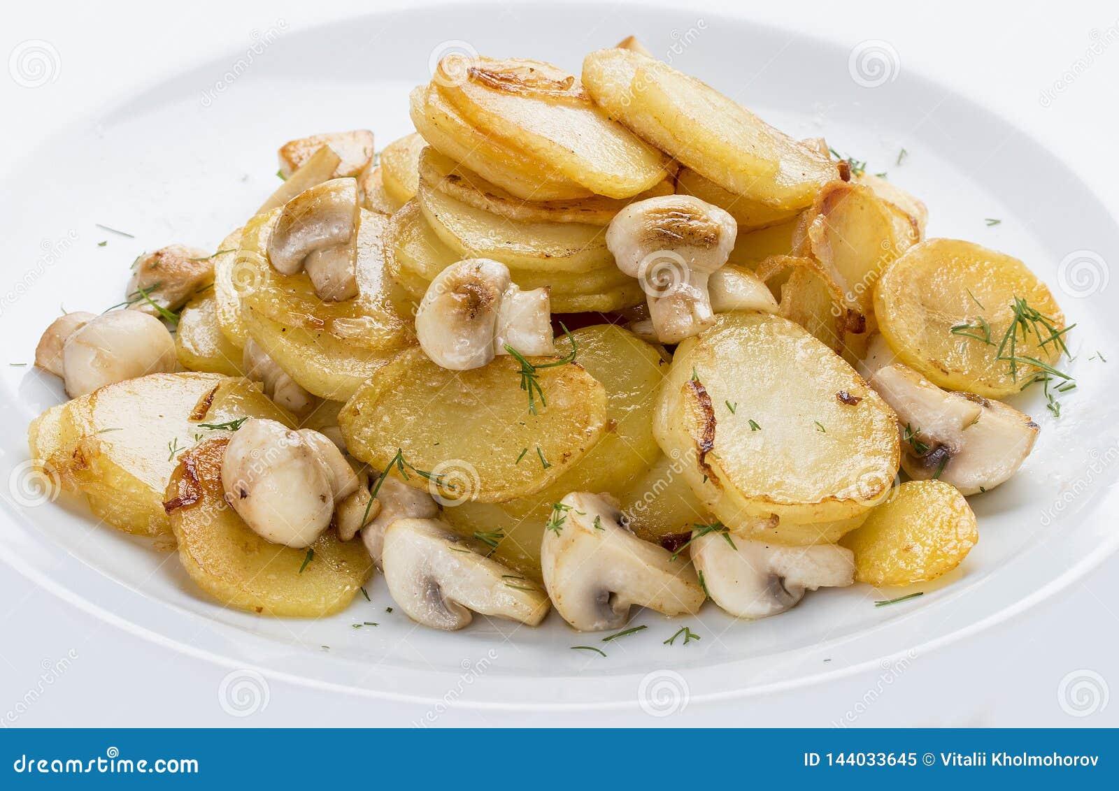 Fried Potatoes met Paddestoelen op een Witte Plaat Russische traditionele schotel