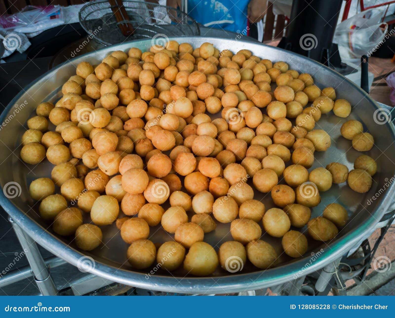 Fried Sweet Potato Balls thaïlandais dans le plateau en acier